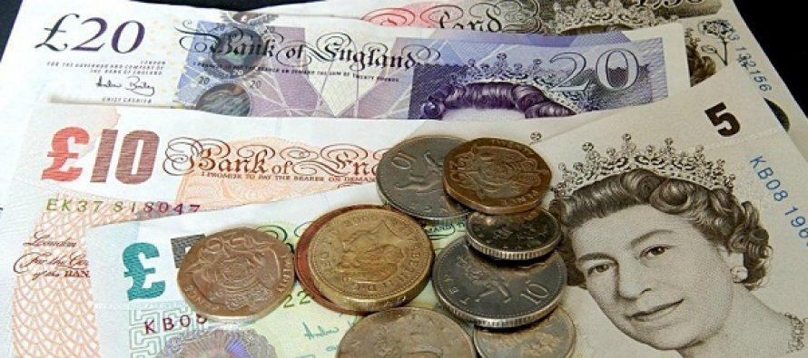 Lira sterlina a scazut drastic dupa primele estimari la iesirea de la urne