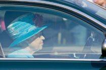 Regina Elisabeta a II-a, surprinsa la volanul unui Jaguar. Este singura persoana din UK care nu are nevoie de permis de conducere