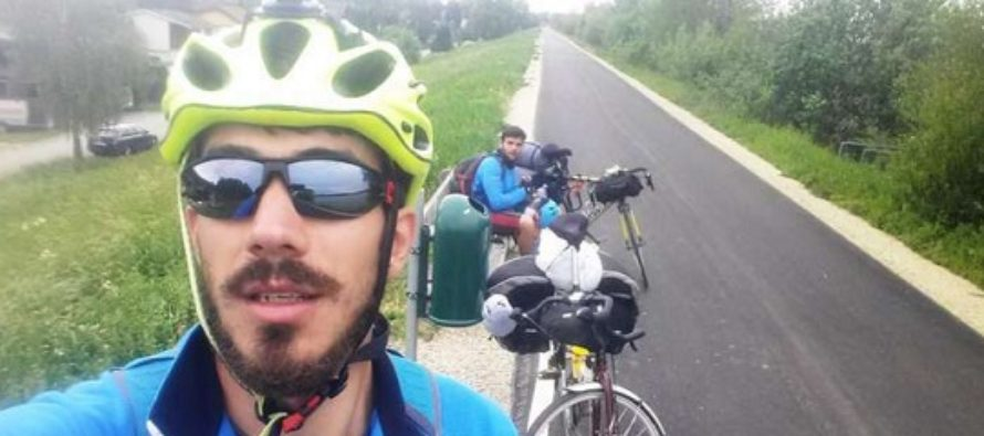 Doi romani din Marea Britanie au mers pe bicicleta de la Londra la Bucuresti intr-o campanie pentru fundatia Printului Charles