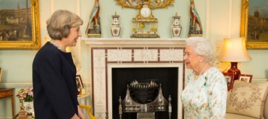 Premierul Theresa May a anuntat oficial ca va forma un guvern stabil, dupa ce a mers la Palatul Buckingham unde a discutat cu Regina Elisabeta