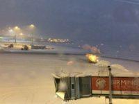 Aeroporturile Luton si Birmingham si-au suspendat toate zborurile din cauza ninsorilor. Zborurile de plecare au fost redeschise ulterior