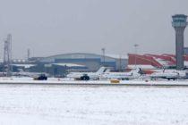 Aeroportul Luton din Londra, inchis din cauza ninsorii abundente. Mai multi romani sunt blocati pe aeroport
