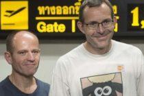 Doi scafandri britanici care au ajutat la salvarea copiilor blocati in pestera din Thailanda, intampinati cu aplauze inainte de zborul spre Marea Britanie