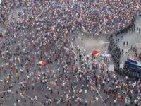 Protestul diasporei din Piata Victoriei, confiscat de galeriile de fotbal. Zeci de persoane au fost ranite, jandarmii au intervenit cu gaze lacrimogene si tunuri cu apa