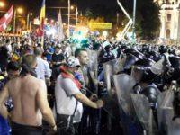 """France Presse, despre protestul diasporei din Piata Victoriei: Mii de romani au venit din strainatate pentru a-si exprima nemultumirea fata de""""absenta progresului"""" in tara lor. O mie de jandarmi si de politisti au intervenit in forta"""