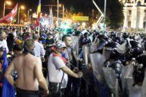 """France Presse, despre protestul diasporei din Piata Victoriei: Mii de romani au venit din strainatate pentru a-si exprima nemultumirea fata de """"absenta progresului"""" in tara lor. O mie de jandarmi si de politisti au intervenit in forta"""
