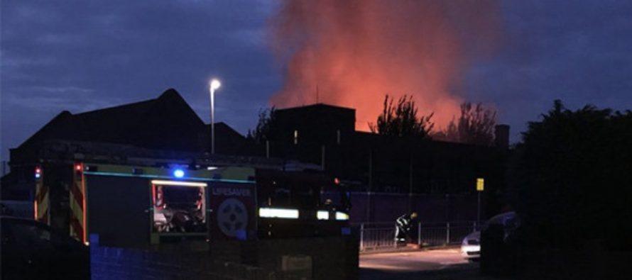 Incendiu la una dintre cele mai mari scoli din Marea Britanie, zeci de pompieri intervin pentru a stinge focul