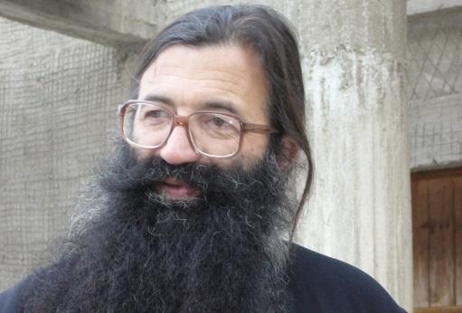 Preotul Nicolae Tanase vine la Londra tocmai de la Valea Plopului.