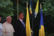 Papa Francisc a ajuns in Romania. Suveranul Pontif a fost intampinat de presedintele Klaus Iohannis si sotia sa. UPDATE