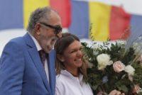 Simona Halep a revenit in Romania dupa victoria istorica de la Londra. Ion Tiriac si Ilie Nastase au intampinat-o cu flori pe Aeroportul Henri Coanda