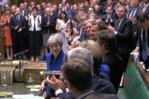 Theresa May, ovationata de parlamentarii din Camera Comunelor in ultima zi in care a detinut functia de premier al Marii Britanii