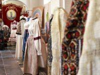 Zeci de romani si belgieni au admirat costumele populare romanesti expuse langa Bruxelles. FOTO
