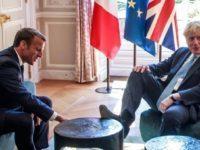 Boris Johnson si-a urcat picioarele pe mobila din Palatul Elysee, la intalnirea cu presedintele Macron
